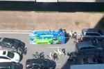 Xe ba gác chở biển quảng cáo khổng lồ, 'ngụy trang' tài tình trên phố