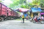10 năm làm 'lá chắn sống' của người phụ nữ bán hàng ven đường tàu