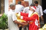 Chuyện lạ: Ông già Noel mặc áo phao đi phát quà