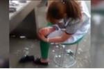 Video: Hãi hùng xem người bán thịt ngồi cạo chân bằng dao thái hàng cho khách