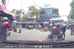 Nữ 'ninja' va vào ôtô khi phăm phăm sang đường