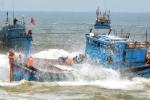 Một tàu cá đang mắc kẹt khe đá, ngư dân hoảng loạn kêu cứu