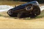 Lùi trên đường đất, ôtô trượt bánh lật nhào xuống đê
