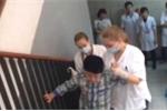 Xem nữ sinh Đan Mạch quỳ gối chăm bệnh nhân, có ai thấy xấu hổ?