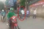 Tài xế Grabbike và xe ôm cầm mũ bảo hiểm xông vào đánh nhau giữa phố Hà Nội