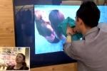 Ảo thuật gia đưa tay xuyên màn hình tivi, lấy cắp kính của cô gái