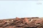 Lốc xoáy thổi bay nhà dân ở Quảng Trị