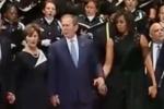 Cựu Tổng thống Bush nhún nhảy trong đám tang