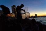Độc đáo công nghệ câu cá bằng... bao cao su ở Cuba