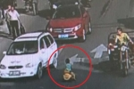Thót tim clip bé 3 tuổi lái ôtô đồ chơi ra giữa đường nườm nượp xe