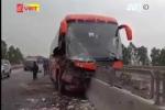 Clip: Xe khách bị chẻ đôi sau khi lao vào dải phân cách