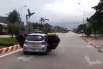 Taxi mở tung 2 cánh cửa lao vun vút trên đường ở Thanh Hóa