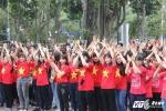 Sinh viên Thủ đô mặc áo cờ đỏ sao vànghào hứng đi bộ