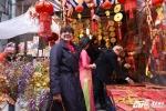 Đại sứ Bỉ Roccas say mê dạo chợ hoa phố cổ trước Tết Đinh Dậu