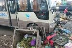 Hà Nội: Xe khách tông hàng loạt xe máy và xe chở rác