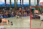 Thêm du khách nam cởi quần, tốc áo nhảy phản cảm ở Công viên nước Đầm Sen