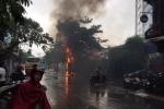 Cột điện bốc cháy ngùn ngụt, nổ như pháo giữa trời mưa lớn ở Hà Nội
