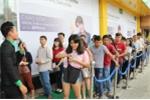 Khách hàng đến sớm để mua OPPO F3 trong ngày mở bán đầu tiên tại Viễn Thông A