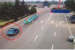 Nữ tài xế lao ô tô vào nhóm người chạy bộ trên đường cao tốc