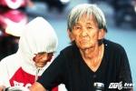 Xót xa mẹ già 80 tuổi đẩy xe chở con gái tật nguyền đi khắp Sài Gòn nhặt ve chai