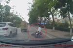 Va phải người đi bộ, thanh niên đi xe máy ngã lộn nhiều vòng