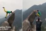 Clip: Mải tạo dáng chụp hình 'sống ảo', du khách ngã lộn cổ xuống vách núi