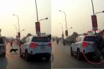 Clip: Chó chạy ngang đường, xe máy húc đuôi ô tô rồi dựng ngược