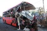 Ô tô tải đối đầu xe khách khiến 34 người thương vong: Hiện trường vụ tai nạn thảm khốc