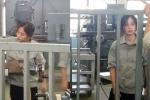 Cô gái xinh đẹp làm việc trong công xưởng khiến dân mạng xôn xao