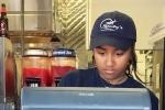 Con gái Tổng thống Obama làm thêm hè trong cửa hàng hải sản