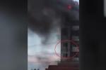 Clip: Khách liều mình nhảy lầu thoát khỏi khách sạn cháy ngùn ngụt