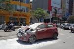 Xe hơi bốc cháy ngùn ngụt sau va chạm trên phố Hà Nội