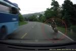 Xe khách đánh rơi thớt ra đường, gây họa cho người đi xe máy