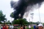 Khu nhà xưởng bốc cháy giữa trưa, khói đen kịt trời Hà Nội