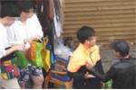 Nam sinh lớp 7 bị chặn đường xin tiền, đâm kim tiêm vào tay