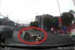 Phanh gấp giữa đường trơn, xe máy lao vào đầu ôtô suýt chết