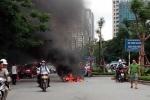 Đâm vào xe taxi, xe máy bốc cháy dữ dội