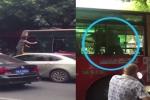 Video: Va chạm giao thông, 'nữ quái' trèo qua cửa sổ xe buýt đánh nhau với tài xế