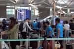 Video: Công Phượng ngã bổ nhào ở sân bay Hàn Quốc