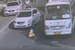 'Quái xế' nhí cưỡi xe đồ chơi đi ngược chiều làm náo loạn đường phố Trung Quốc