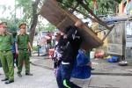 Dẹp 'cướp' vỉa hè ở Huế: Dân tự động di dời những vật dụng lấn chiếm