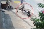 Người đi bộ chần chừ sang đường khiến xe máy gặp nạn thảm khốc