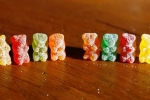 Ăn kẹo dẻo hình gấu có chất cần sa, 11 thanh niên nhập viện