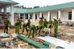 Chiến sỹ cảnh sát trẻ giúp dân xây trường mầm non dưới trời nắng đổ lửa