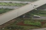 Hai xe ô tô đậu dàn ngang hàng giờ dưới trời mưa tại Đại lộ Thăng Long