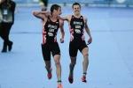 Xúc động cảnh hai anh em nhà vô địch Olympic dìu nhau về đích