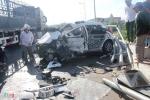 Dân dùng xà beng phá cửa cứu tài xế sau cú đâm gãy lan can cầu vượt