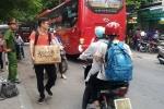 Ảnh: Người dân tay xách nách mang, mệt mỏi trở lại Thủ đô sau nghỉ lễ 30/4 - 1/5