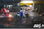 Video: Chạy theo vớt xe bị nước cuốn trôi giữa TP.HCM