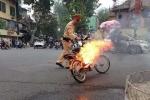 Đang đi trên đường, xe đạp điện bất ngờ bốc cháy